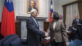 總統蔡英文12日上午在總統府接見我國出席本屆APEC代表團。APEC領袖代表張忠謀。(圖/總統府提供)