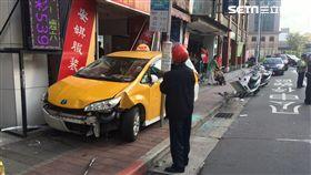 台北市,康定路,計程車,命危,人行道