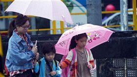 仍是下雨天(3)中央氣象局表示2日天氣仍受東北季風及颱風外圍環流影響,基隆北海岸、大台北山區及東半部地區有局部大雨或豪雨發生機率,特別提醒在東北部可能有豪雨以上等級累積雨量發生,週末天氣才會好轉。中央社記者孫仲達攝  107年11月2日