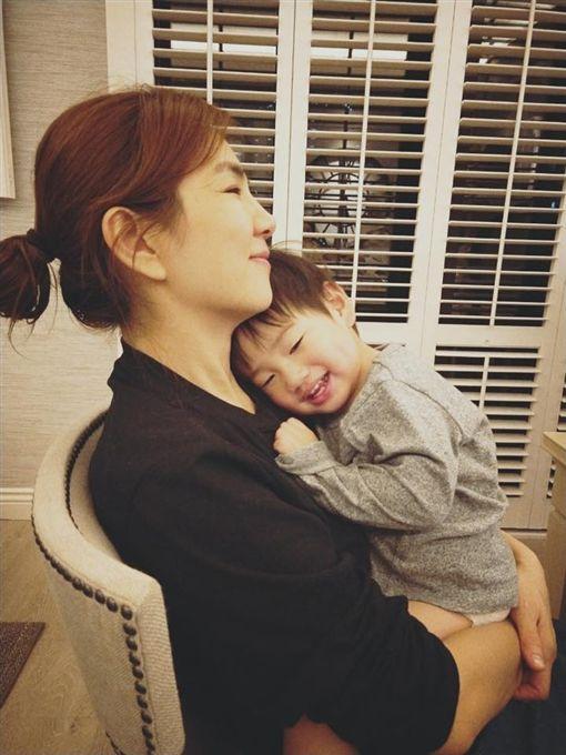 Ella(陳嘉樺)跟兒子勁寶。(翻攝臉書)
