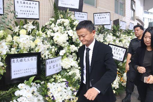 金庸葬禮舉行  馬雲到場致悼武俠小說泰斗金庸(原名查良鏞)的喪禮13日在香港殯儀館舉行,阿里巴巴集團董事局主席馬雲(左)到埸致悼。金庸10月30日過世後,馬雲曾在微博發文寫道:「若無先生,不知是否還會有阿里。」中央社記者張謙香港攝  107年11月13日