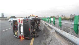 國道北上路段廢棄馬達掉落,導致連環車禍。(圖/翻攝畫面)