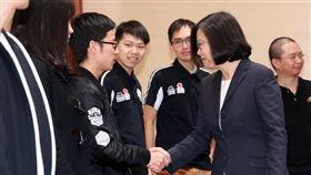總統接見駭客世界大賽台灣參賽隊伍(1)總統蔡英文(前右)13日在總統府,接見「2018DEF CON CTF駭客大賽世界盃台灣參賽隊伍:HITCON戰隊及BFS戰隊」,與年輕團員一一握手致意。中央社記者鄭傑文攝 107年11月13日