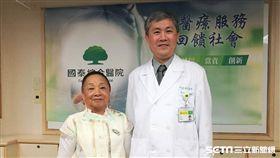 眼科醫師侯育致(右)與81歲患者陳奶奶(左)合影。(圖/記者楊晴雯攝)