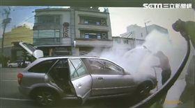巡邏遇火燒車 警暖借水線幫滅火/翻攝畫面