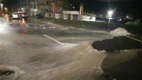 基隆,水管爆裂,淹水,土石流,道路塌陷(圖/翻攝畫面)