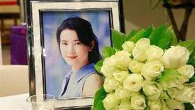 香港赤柱天主教聖亞納堂為藍潔瑛舉行追思彌撒。微博