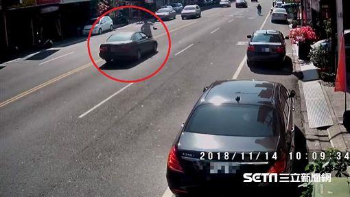彰化85歲阿公開車撞人肇逃 男子命危/翻攝畫面