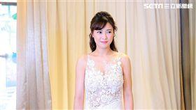 大元穿上白紗秀出傲人事業線。(圖/TVBS提供)