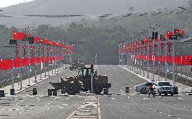 中國援助巴紐APEC 五星旗隨處可見