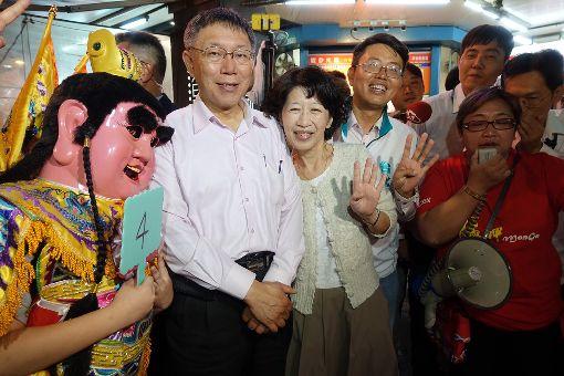 柯文哲陳佩琪夜市掃街人氣旺(1)尋求連任的台北市長柯文哲(左)與夫人陳佩琪(左2)14日晚間到萬華區南機場夜市與華西街夜市掃街,尋求支持,受到現場逛街民眾熱情歡迎。中央社記者梁珮綺攝 107年11月14日