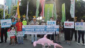環團宣布1118台中反空污遊行照常舉行中部環保團體14日齊聚台中市民廣場路口,宣布1118台中反空污遊行照常舉辦,呼籲中台灣居民一同站出來。中央社記者郝雪卿攝  107年11月14日