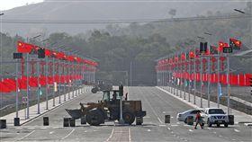中國援助巴紐APEC 五星旗隨處可見(2)亞太經濟合作會議(APEC)12日起在巴布亞紐幾內亞莫士比港登場,中國去年底在巴布亞紐幾內亞躍升第2大援助國,這次鄰近國際會議中心(ICC)的國會大廈前新闢大道,現已聳立整排五星旗與巴紐國旗,準備舉辦道路移交儀式。中央社記者裴禛莫士比港攝  107年11月14日