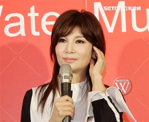 蔡秋鳳出新專輯談到因為耳鳴的困擾造成小巨蛋演唱會將延後,讓她淚盈滿眶。(記者邱榮吉/攝影)