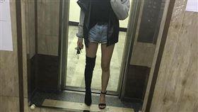 長腿妹子的美學,讓網友都大讚:全場焦點就是妳!(圖/翻攝爆廢公社)