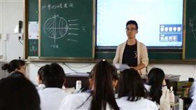 大陸一名38歲高中老師莫群力,深受女高中生喜愛,因為在他的教學理念中,認為「女生就是用來照顧的」,因此他熟記班上每位女同學的生理期時間,還提供黑糖水給生理期中的女生。不少網友看到後反應兩極,有網友覺得貼心,但也有網友認為老師「很變態」。(圖/翻攝自秒拍)