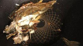 老婆用阿基師的鍋子煎魚,成品讓他猶豫該不該換妻。(圖/翻攝爆廢公社)