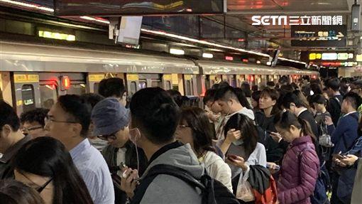 台北捷運板南線出包!今(15)日晚上亞東醫院站供電異常,目前亞東醫院站到江子翠站,採單線雙向運行,班距為11至30分鐘。至於異常原因仍待維修人員進行調查。