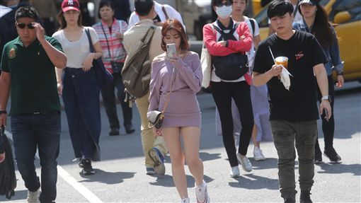 陽光露臉中央氣象局指出,25日全台天氣溫暖,各地陽光露臉,高溫可達攝氏27度以上,中南部局部區域甚至可達32度左右。中央社記者吳家昇攝  107年10月25日