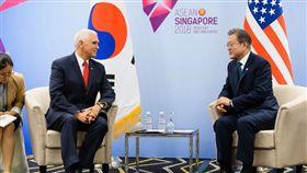 美國副總統彭斯昨(15)日在新加坡參加東南亞國協(ASEAN)峰會及美國與東協國家峰會,與南韓總統文在寅舉行正式會談。(圖/翻攝自@VP 推特)