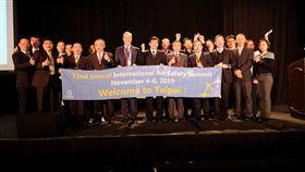 世界飛安高峰會 2019年首在台灣2018年世界飛安高峰會在美國西雅圖舉行,交通部政務次長兼航發會董事長王國材(前右5)在世界飛安基金會執行長畢提(Jon Beatty)(前左5)見證下,宣布2019年世界飛安高峰會,首度由台灣接棒。(航發會提供)中央社記者汪淑芬傳真 107年11月15日