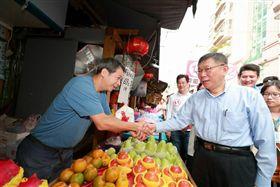 ▲台北市長柯文哲前往市場掃街,爭取民眾支持。(圖/柯文哲競辦提供)