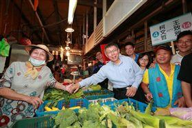 ▲台北市長柯文哲前往市場掃街。(圖/柯文哲競辦提供)