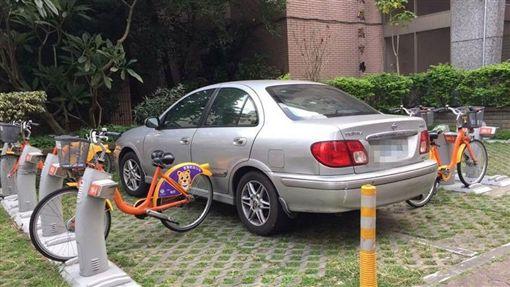 U-bike夾車!他照停不誤,網怒恥度在哪?(圖/翻攝自我是三峽人 iSanxia臉書)