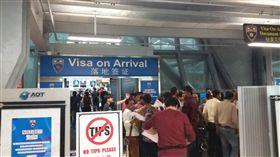 泰國免落地簽證費上路 尖峰時段深夜及凌晨泰國15日開始實施落地簽證免費措施,初期辦理人潮並不多,圖為印度籍旅客16日在曼谷蘇凡納布國際機場辦理落地簽證的情形。(旅客提供)中央社記者劉得倉曼谷傳真 107年11月16日