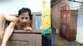 女洗澡被偷窺 不顧濕身反拍癡漢逃跑冏樣(圖/臉書)