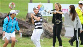 李旻冠軍到手後接受好友的噴水慶賀。(圖/台灣大哥大提供)