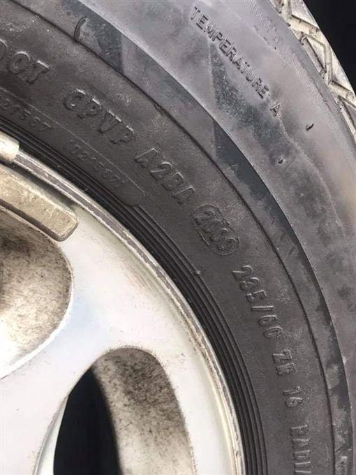 大多數的車主都會依車子的行車里程數定期保養、更換零件。但有一名修車師傅日前幫一名客人檢查輪胎胎壓時,發現客人的輪胎用了18年,他趕緊勸對方換輪胎,沒想到對方竟回「我都開慢慢的,免驚啦」,讓修車師傅當場傻眼。其他網友看到後,紛紛直喊「沒關係,下次爆胎死了,就不會有下次了!」(圖/翻攝自爆廢公社)