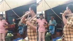 (圖/翻攝自The Times of India YouTube)印度,眼鏡蛇,咬死,合照,毒