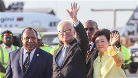張忠謀伉儷飛抵巴紐參加APEC亞太經濟合作會議(APEC)年會暨領袖峰會12日至18日在巴布亞紐幾內亞舉行,領袖代表張忠謀(中)與夫人張淑芬(右)16日下午搭乘專機抵達,下機時向大家揮手致意。中央社記者裴禛莫士比港攝 107年11月16日