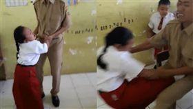 女童不要打針在教室亂竄 被老師抓到踹他下體 圖翻攝自臉書Atika Durrotin