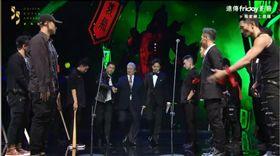 洪金寶與鄧超兩人被被一群《角頭2》電影演員們迎出場。(圖/翻攝自遠傳Friday)