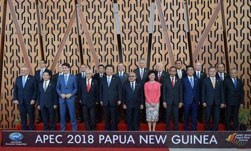 張忠謀出席亞太經合會(APEC)領袖峰會,並與各國領袖合照。(圖/翻攝自@20tTqAZ0NwI0NQX 推特)