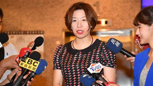 林靜儀說明珍奶用湯匙說(1)民進黨立委林靜儀(中)14日在立法院,對她在臉書上表示自己使用湯匙喝珍珠奶茶一事說明。中央社記者王飛華攝 107年6月14日