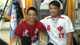 陳韻文(右)與建中隊長林翔吾合影。(圖/記者劉忠杰攝影)
