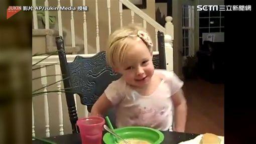 ▲小女孩在餐桌上,開心地晃來晃去。(圖/翻攝自AP/Jukin Media)
