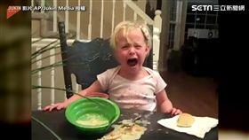 ▲回過神後,小女孩痛得嚎啕大哭。(圖/翻攝自AP/Jukin Media)