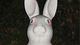 每個令人印象深刻的觀光景點,多多少少都會有幾個知名地標,而日本新潟縣佐渡市就有一位主持,突發奇想在自己的寺廟外新建了一座「兔子觀音像」,乍看之下雕像沒有甚麼太大的問題,但晚上關燈後,居然讓遊客覺得毛骨悚然!(圖/翻攝自推特@MasudaOsamu)