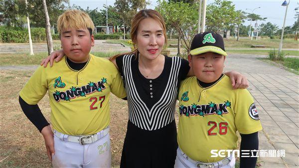 棒球媽媽梁京美帶著柳旼秀兩兄弟一起來台灣。(圖/記者王怡翔攝影)