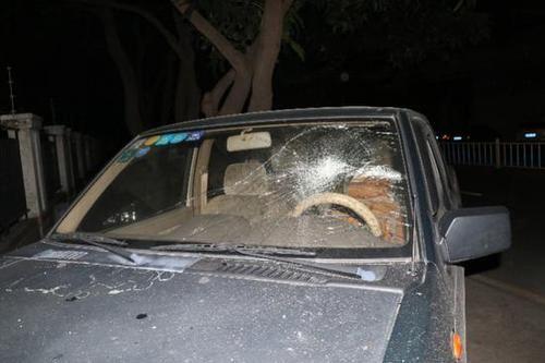 大陸廣東佛山市大良街道東區路邊,發生一起離奇事件,一夜之間竟超過20台汽車車窗被砸碎。經當地警方調查後,發現是一名38歲女子因心情不佳,才拿石頭、滅火器砸車宣洩情緒,總計有27輛車受損,預估維修費用達10多萬人民幣(約新台幣40多萬)。(圖/翻攝自南方都市報)