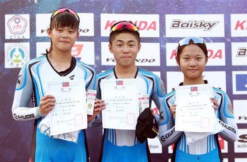 大申高中張誌盛(中)、王歆婷(左)、賴佳琦,在青年組拿下項冠軍。(圖/中華民國自由車協會提供)