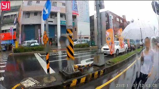 宜蘭,三寶,違停,客運,BMW,國道公路客運遊覽車聯誼會(圖/翻攝國道公路客運遊覽車聯誼會)