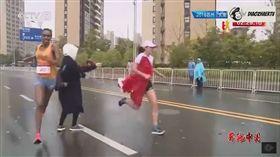 終點前遭塞旗干擾 陸馬拉松選手痛失冠軍還得道歉/DiaoZhaErTV2 YouTube