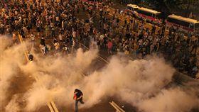 爭取特首普選  香港民眾占中2014年9月底,香港爆發大規模的「占領中環運動」,也稱為「雨傘運動」。數以萬計的民眾走上街頭,希望北京方面落實特首普選,但未獲北京允諾。圖為香港警方以催淚彈鎮壓群眾畫面。(資料照片)中央社  106年10月6日
