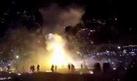 熱氣球空中爆炸 墜地狂射煙火釀9傷(圖/YouTube)