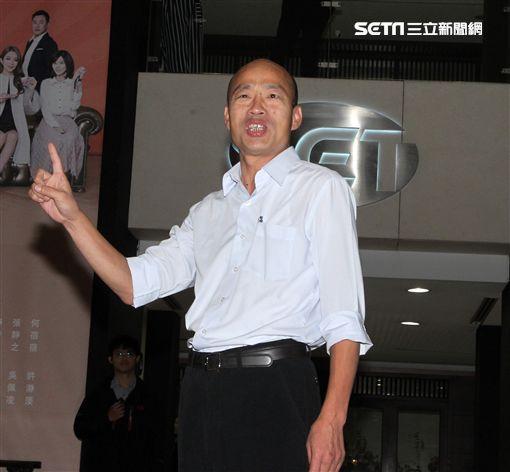 三立集團張榮華總經理在大門口迎接韓國瑜。(記者邱榮吉/攝影)